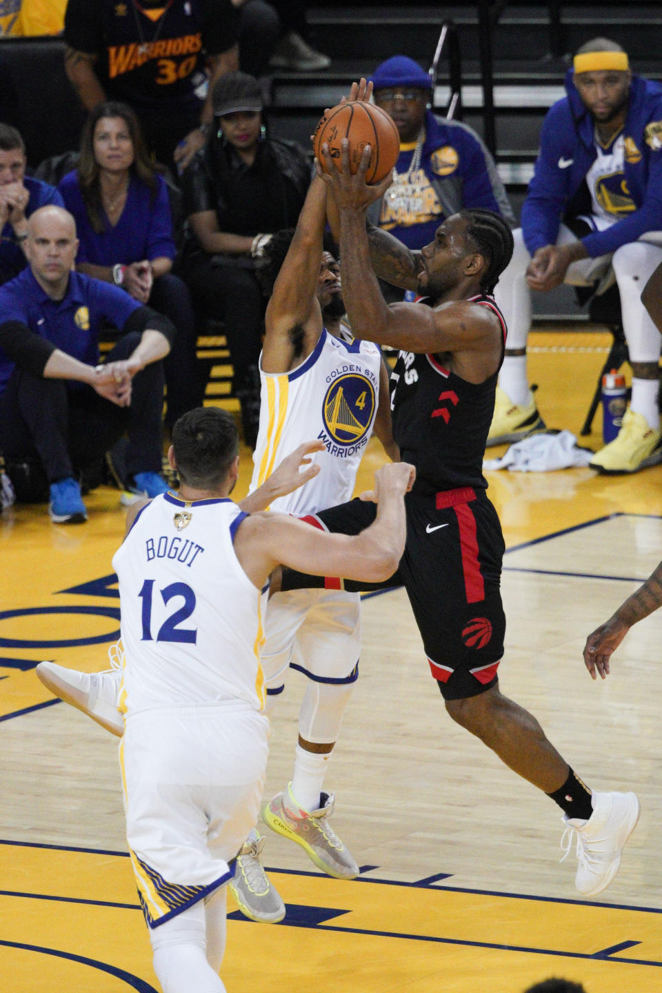 Toronto Raptors forward Kawhi Leonard, right, shoots against Golden State Warriors guard Quinn Cook (4) during the first half of Game 3 of basketball's NBA Finals in Oakland, Calif., Wednesday, June 5, 2019. (AP Photo/Tony Avelar)
