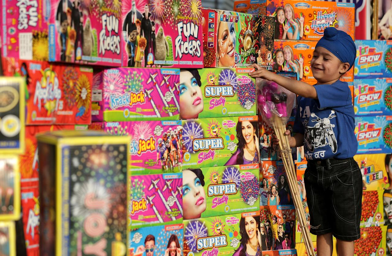 "<p>AMRITSAR (INDIA), 18/10 / 2017.- A boy buys fireworks in a store on the eve of the Diwali festival in Amristar, India, today, October 18, 2017. During the Diwali, the lights, ""the houses are cleaned and decorated with new gifts and clothing, lit with oil lamps, and fireworks are thrown. EFE / Raminder Pal Singh </p>"