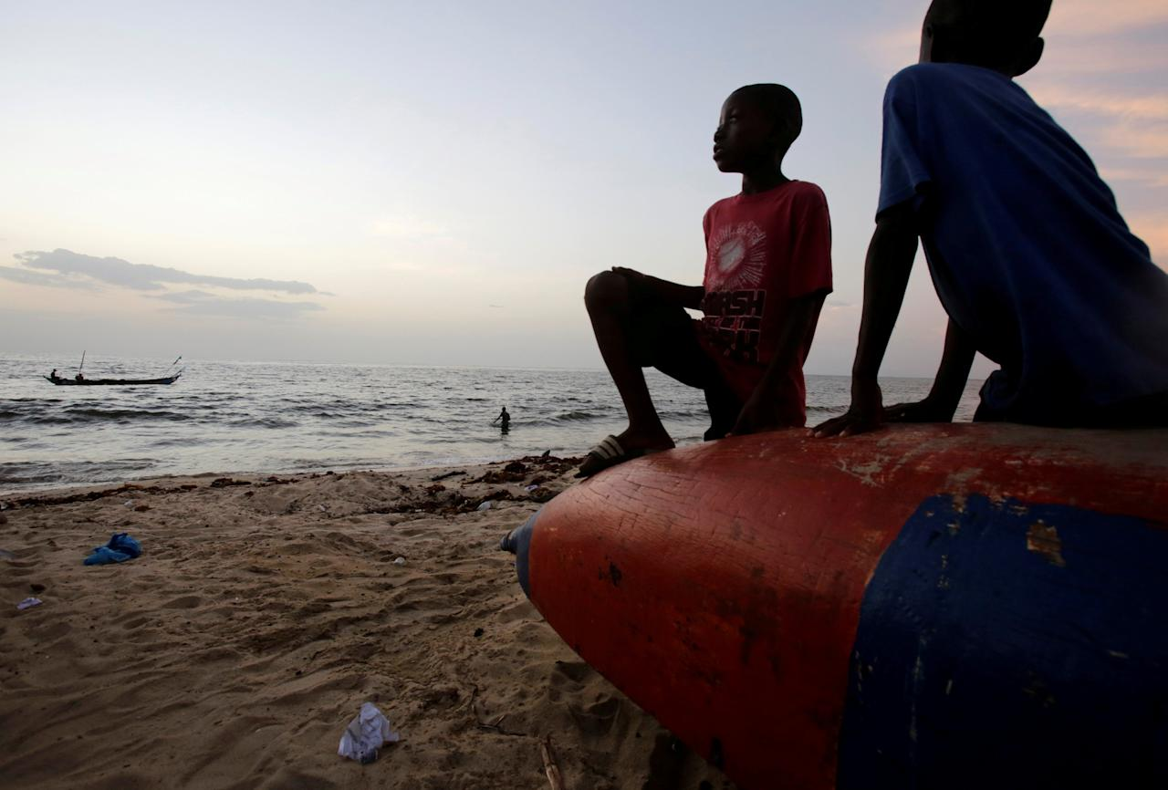 Children are seen at the beach in the township of West Point, in Monrovia, Liberia, October 18, 2017. Picture taken October 18, 2017. REUTERS/Thierry Gouegnon     TPX IMAGES OF THE DAY