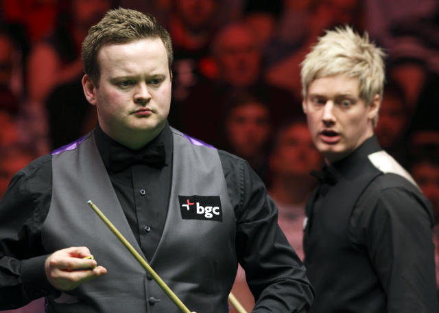 Shaun Murphy (L) of England prepares his cue as he plays against Australia's Neil Robertson (R) during the final of the BGC masters snooker tournament at Alexandra Palace in London, on January 22, 2012. AFP PHOTO / JUSTIN TALLIS (Photo credit should read JUSTIN TALLIS/AFP/Getty Images)