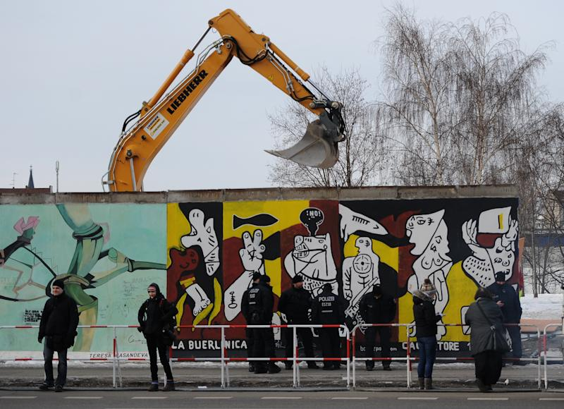 Pre-dawn operation removes part of Berlin Wall