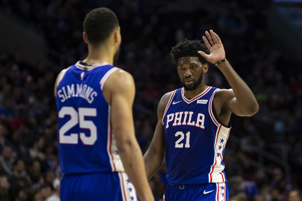 Joel Embiid(圖右)與Ben Simmons。(AP Photo/Chris Szagola)