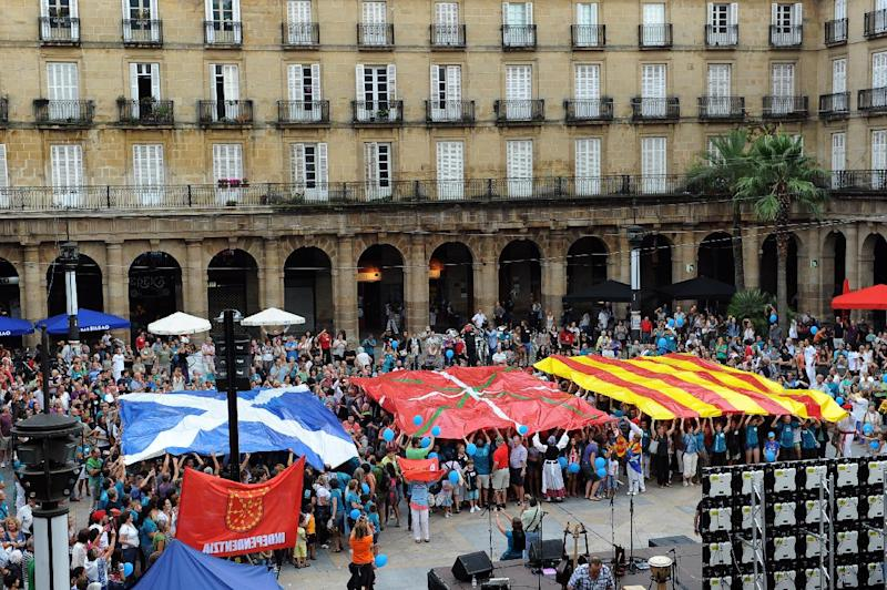 Demonstrators hold giant flags of Scotland, Basque Country and Catalonia during a demonstration in support of a Catalan vote on independence from Spain, in the northern Spanish Basque city of Bilbao on September 13, 2014 (AFP Photo/Rafa Rivas)
