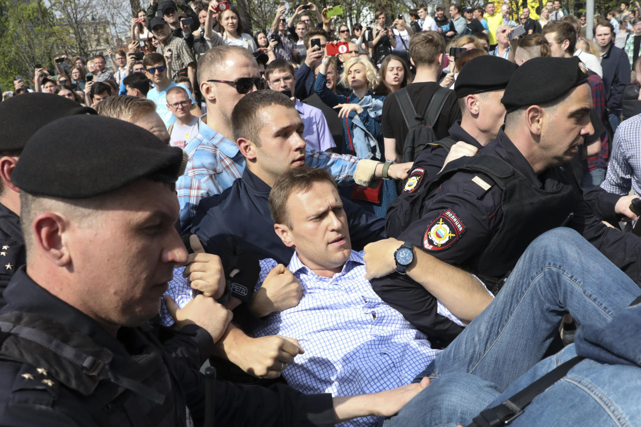 <p>Russian police carrying struggling opposition leader Alexei Navalny, center, at a demonstration against President Vladimir Putin in Pushkin Square in Moscow, Russia, Saturday, May 5, 2018. Thousands of demonstrators denouncing Putin's upcoming inauguration into a fourth term gathered Saturday in the capital's Pushkin Square. (Photo: AP) </p>