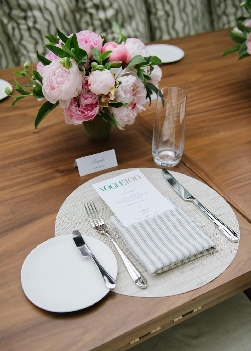 The effortless chic place settings paired with pink peonies by Raúl Avila.
