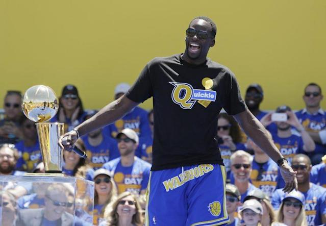 """<a class=""""link rapid-noclick-resp"""" href=""""/nba/players/5069/"""" data-ylk=""""slk:Draymond Green"""">Draymond Green</a> basks in the laughs at the Warriors' victory parade. (AP)"""