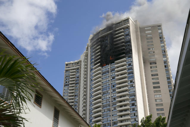 <p>Smoke billows from the upper floors of the Marco Polo apartment complex, Friday, July 14, 2017, in Honolulu, Hawaii. (Photo: Marco Garcia/AP) </p>