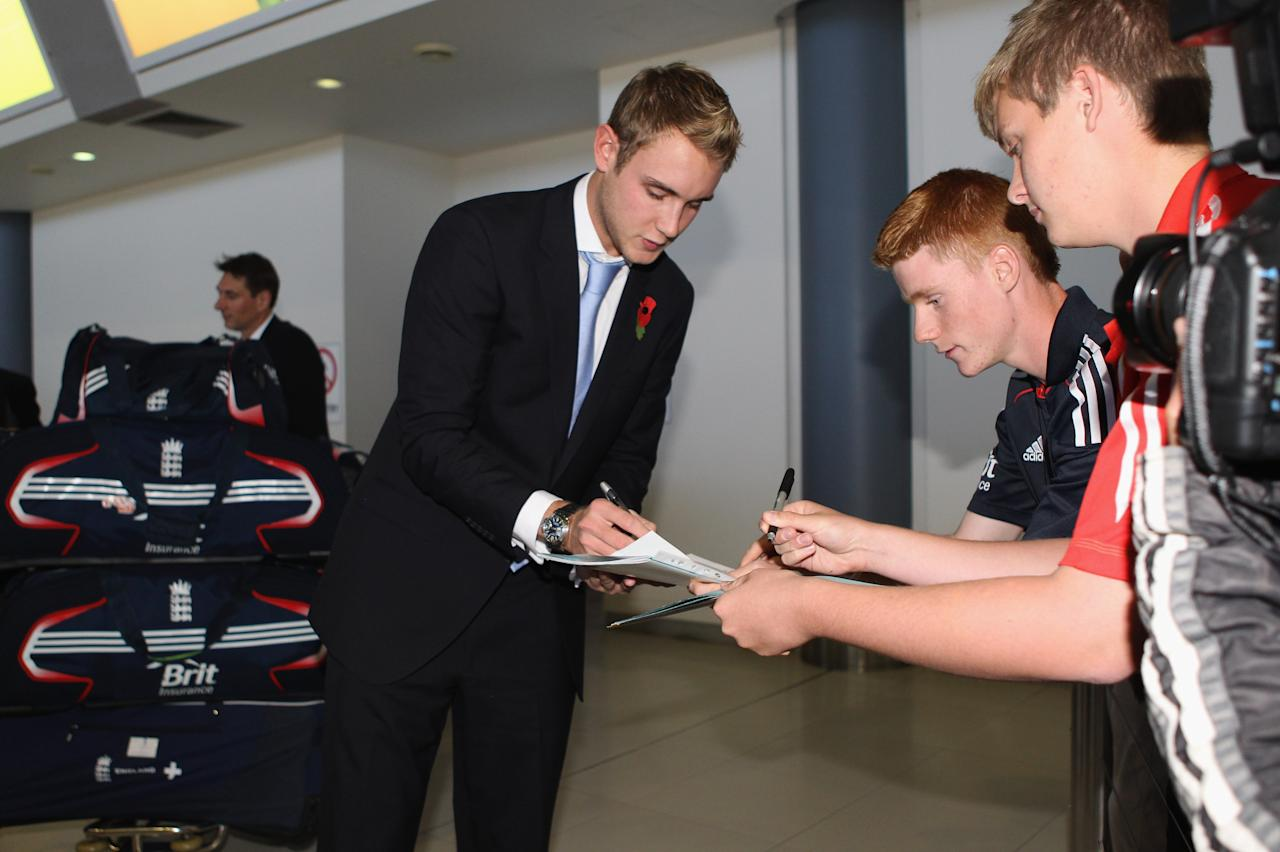 PERTH, AUSTRALIA - OCTOBER 30:  Stuart Broad of Englandsigns autographs as the England Ashes squad arrives at Perth Airport on October 30, 2010 in Perth, Australia. The 2010-11 Ashes series begins in Brisbane on November 25.  (Photo by Tom Shaw/Getty Images)
