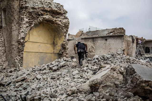 <p>An Iraqi solder is seen in a path of destruction at Mosul's Old City neighborhood. July 7, 2017. Mosul. Iraq. (Photograph by Diego Ibarra Sánchez / MeMo) </p>