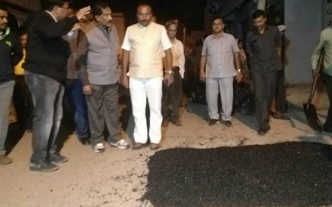 <p>Bangalore Development minister K J George decided to hit the roads and monitor the road laying and pothole filling in the middle of the night. The minister has assured that the two week deadline given by Karnataka CM Siddaramaiah will be met.  </p>