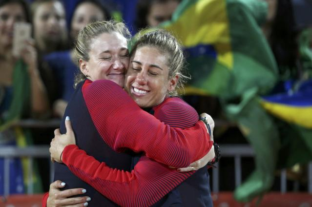 2016 Rio Olympics - Beach Volleyball - Women's Victory Ceremony - Beach Volleyball Arena - Rio de Janeiro, Brazil - 18/08/2016. Bronze medalists Kerri Walsh (USA) of USA and April Ross (USA) of USA on the podium. REUTERS/Tony Gentile FOR EDITORIAL USE ONLY. NOT FOR SALE FOR MARKETING OR ADVERTISING CAMPAIGNS.