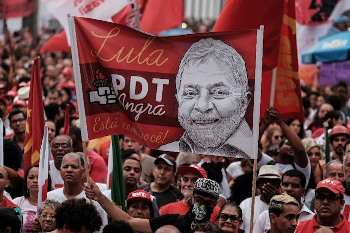 Workers' Party (PT) supporters demonstrate in support of President Dilma Rousseff and former President Luiz Inacio Lula da Silva in Rio de Janeiro, on March 18, 2016 (AFP Photo/Yasuyoshi Chiba)