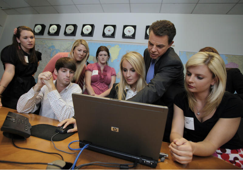 Fox News Channel anchor Shepard Smith, second from right, works with his University of Mississippi journalism students in the Fox newsroom, in New York, Tuesday, May 24, 2011. (AP Photo/Richard Drew)