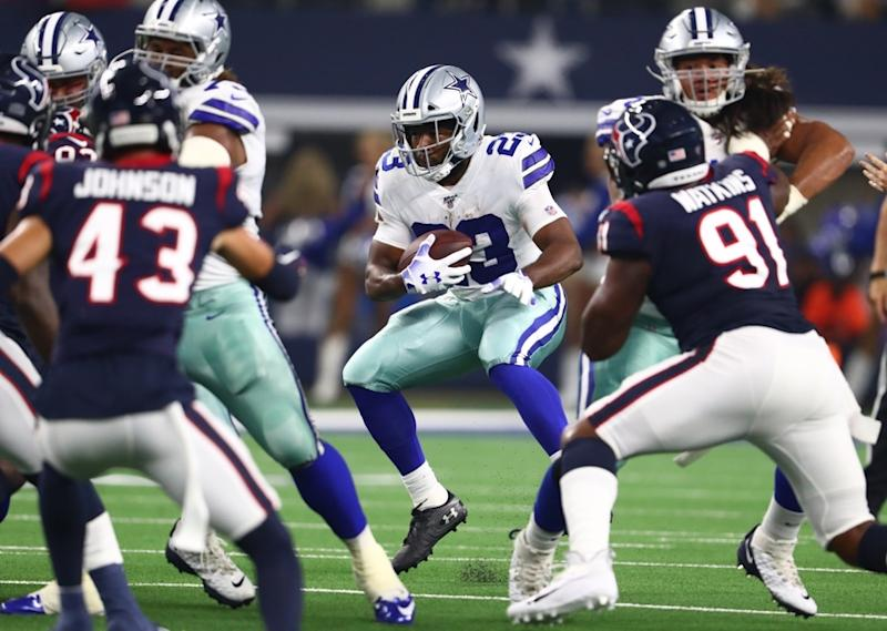 Alfred Morris carries ball for Cowboys