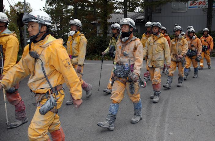 Firefighters come down from Mount Ontake at Otaki village at Nagano prefecture on October 2, 2014, five days after the volcano erupted (AFP Photo/Jiji Press)
