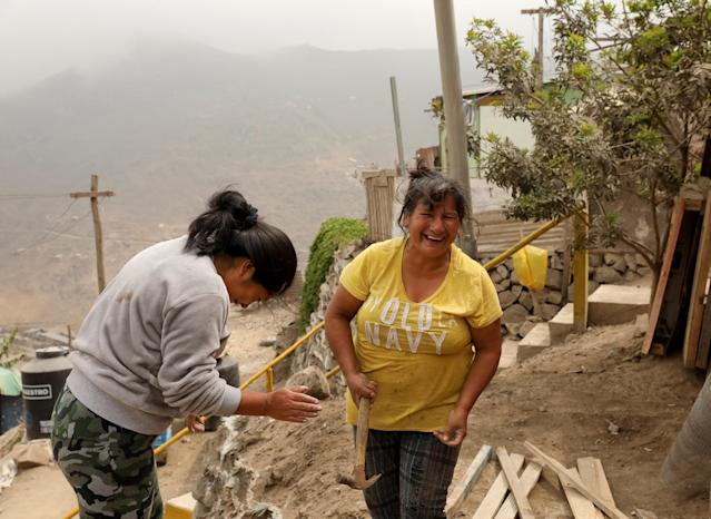 """Rosario Salas (L), a resident of Nueva Union shantytown who plays volleyball, and her neighbour Hayde Vargas, build a bird cage at Rosario's home in Villa Maria del Triunfo district of Lima, Peru, May 4, 2018. REUTERS/Mariana Bazo SEARCH """"NUEVA SOCCER"""" FOR THIS STORY. SEARCH """"WIDER IMAGE"""" FOR ALL STORIES."""
