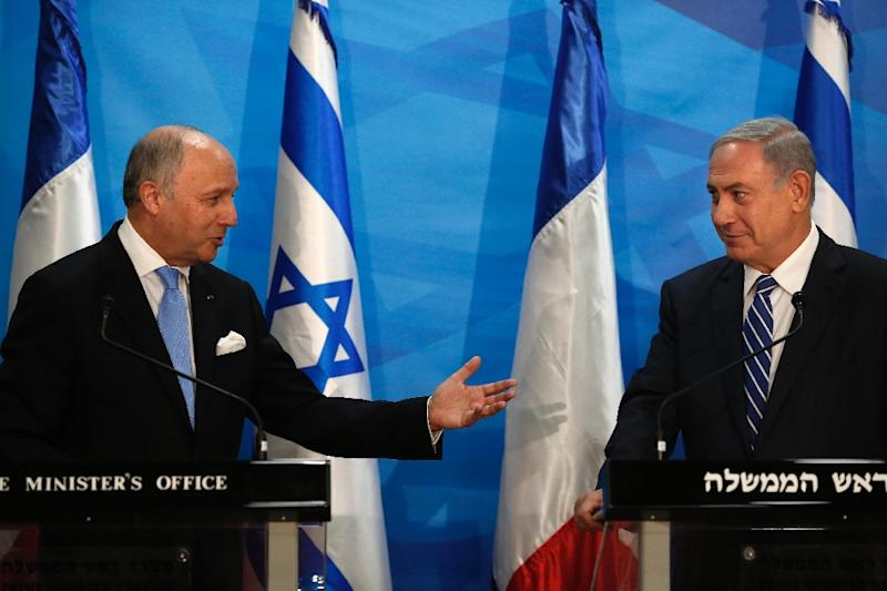French Foreign Minister Laurent Fabius (L) and Israeli Prime Minister Benjamin Netanyahu hold a press conference in Jerusalem, on June 21, 2015 (AFP Photo/Thomas Coex)