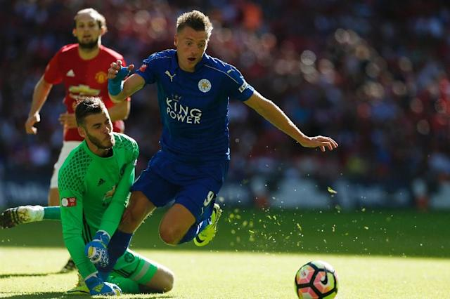 Leicester City's striker Jamie Vardy (R) beats Manchester United's goalkeeper David de Gea (L) to score on August 7, 2016 (AFP Photo/Ian Kington)
