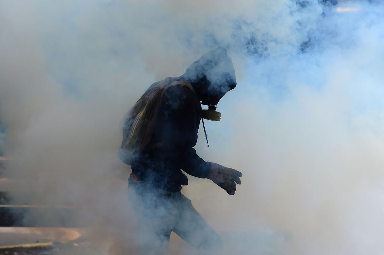 <p>Students of the Central University of Venezuela clash with riot police during a protest against Venezuelan Government in Caracas on May 4, 2017. (Photo: RONALDO SCHEMIDT/AFP/Getty Images) </p>