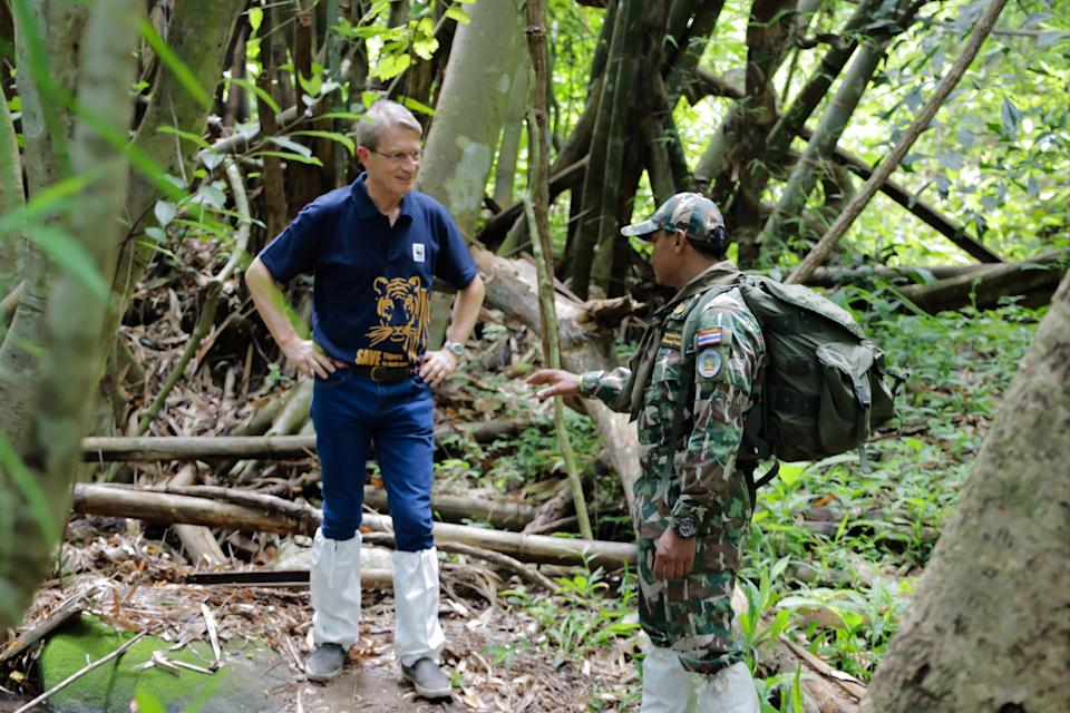<p>Harald Link speaking with a ranger</p> (Harald Link)
