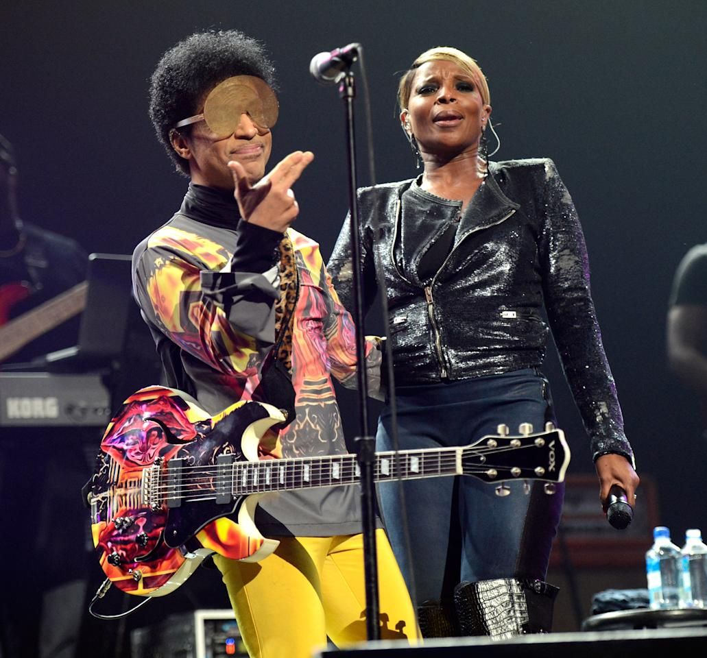Prince and Mary J Blige perform onstage during the 2012 iHeartRadio Music Festival at the MGM Grand Garden Arena on September 22, 2012 in Las Vegas, Nevada.  (Photo by Kevin Mazur/WireImage)