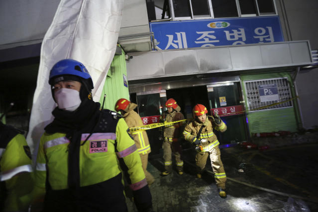 <p>Fire fighters leave after inspecting a hospital after a fire in Miryang, South Korea, Friday, Jan. 26, 2018. (Photo: Ahn Young-joon/AP) </p>