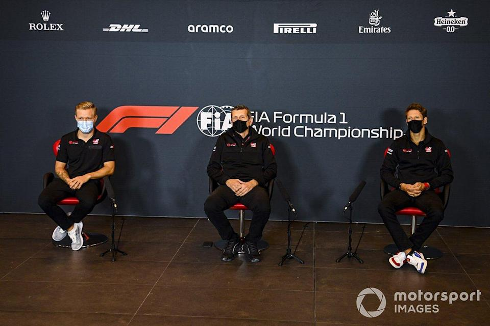 """Kevin Magnussen, Haas F1, Guenther Steiner, Team Principal, Haas F1 and Romain Grosjean, Haas F1 in the press conference <span class=""""copyright"""">Mark Sutton / Motorsport Images</span>"""