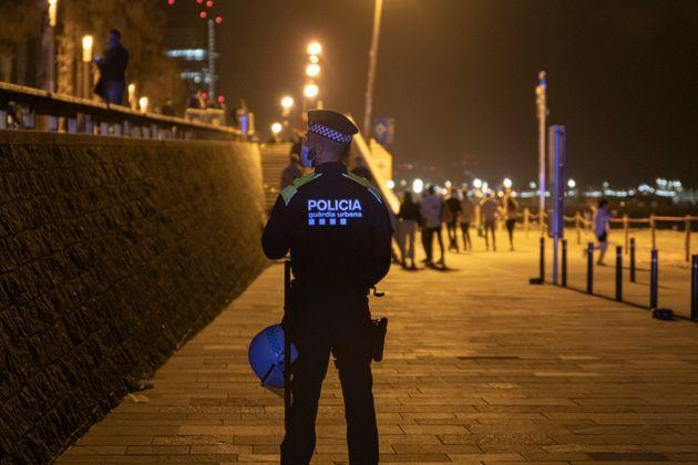 BARCELONA, CATALONIA, SPAIN - MAY 14: A police officer guards the Barceloneta beach during the first Friday without curfew, on May 14, 2021 in Barcelona, Catalonia, Spain. This is the first Friday without curfew where the images of the last weekend of botellones on public roads after the end of the state of alarm have been repeated. Only in the Catalan capital have been evicted during this night more than 7,000 people in a special device. (Photo by Lorena Sopêna/Europa Press via Getty Images) (Photo: Europa Press News via Europa Press via Getty Images)