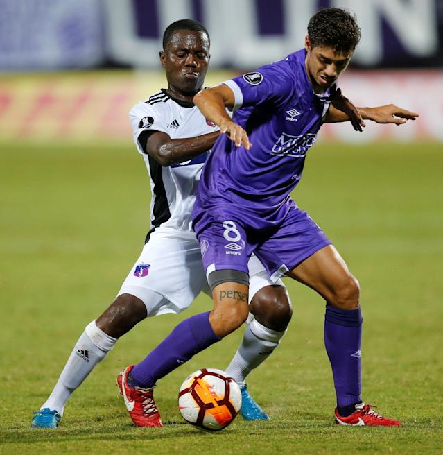 Soccer Football - Defensor Sporting v Monagas - Copa Libertadores - Luis Franzini Stadium, Montevideo, Uruguay - April 17, 2018. Defensor Sporting's Matias Cabrera and Monagas' Dager Palacios. REUTERS/Andres Stapff