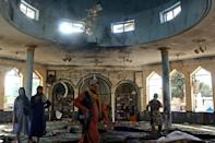 Taliban members investigate inside a Shiite mosque targeted in the suicide bomb attack in Kunduz, for which the Islamic State extremist group claimed responsibility (AFP/-)