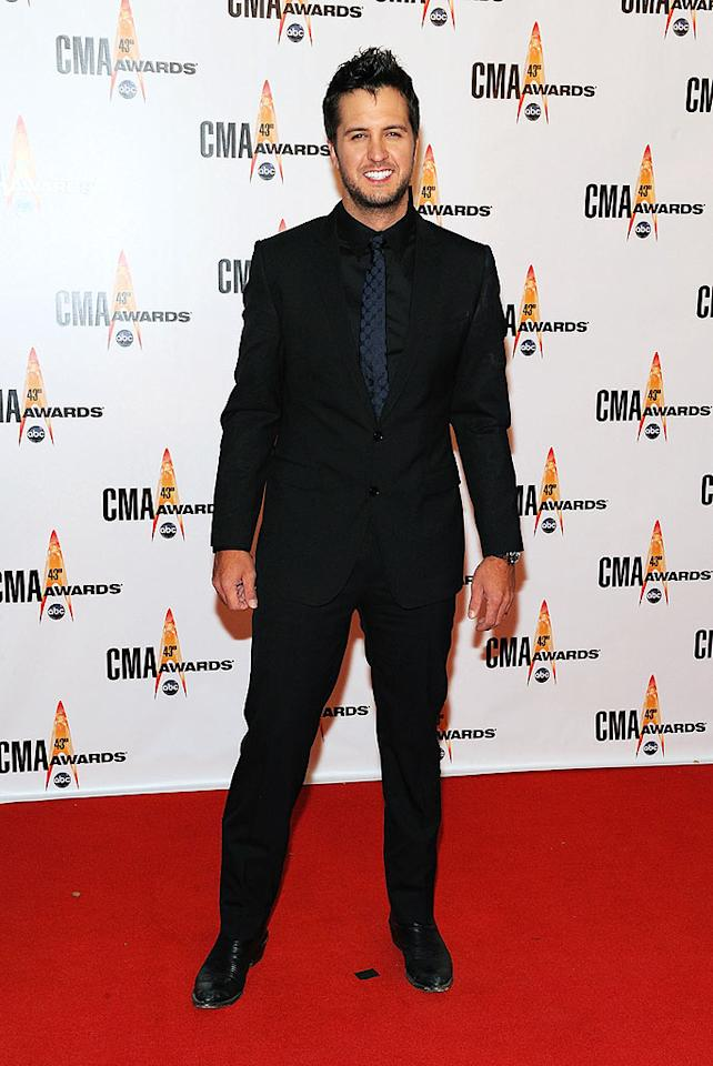 "Luke Bryan  Grade: C  The ""All My Friends Say"" singer cheesed up the arrivals line in a cheap-looking suit, a mismatched tie, and his trademark scruff. Frederick Breedon/<a href=""http://www.gettyimages.com/"" target=""new"">GettyImages.com</a> - November 11, 2009"