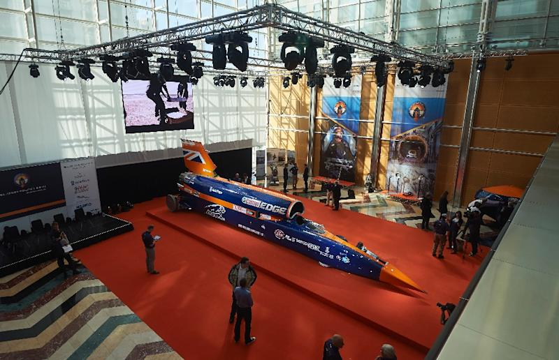 Visitors look at the Bloodhound Supersonic Car, a 135,000-horsepower car, at Canary Wharf in east London on September 24, 2015 (AFP Photo/Niklas Halle'n)