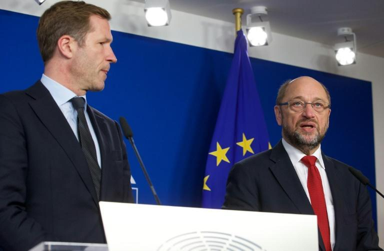 Wallonia's socialist government head Paul Magnette (L) and European Parliament President Martin Schulz hold a joint press conference in Brussels