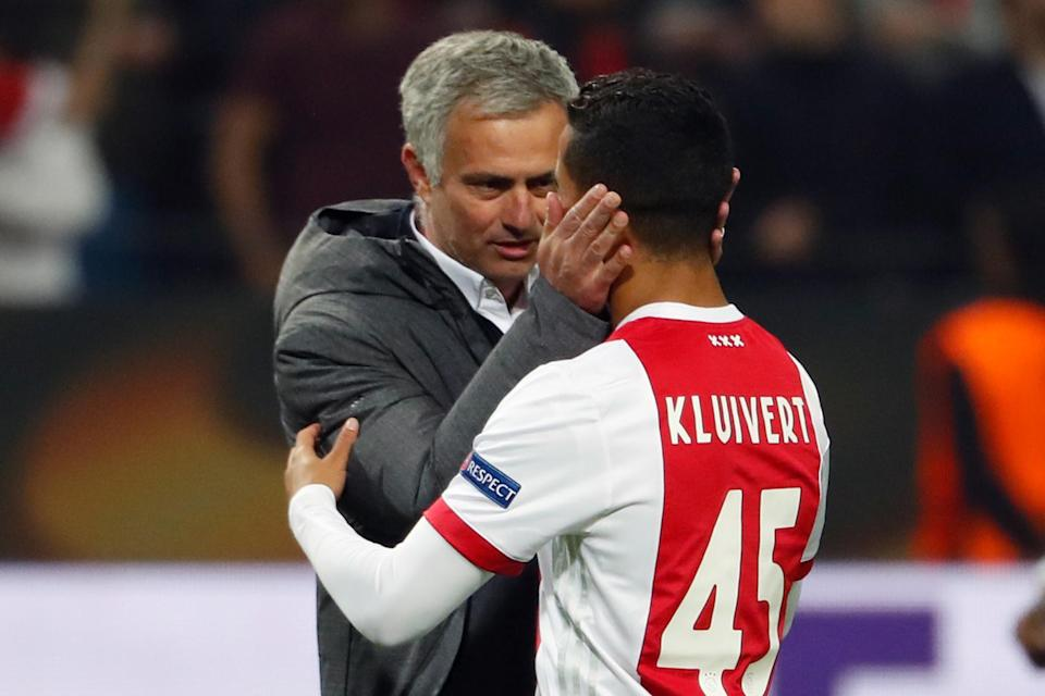 Mourinho speaks with Kluivert on the pitch.