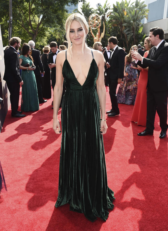 <p>Woodley made a statement with her newly blonde hair and emerald-green velvet gown, so she kept everything else simple. (Photo: AP) </p>