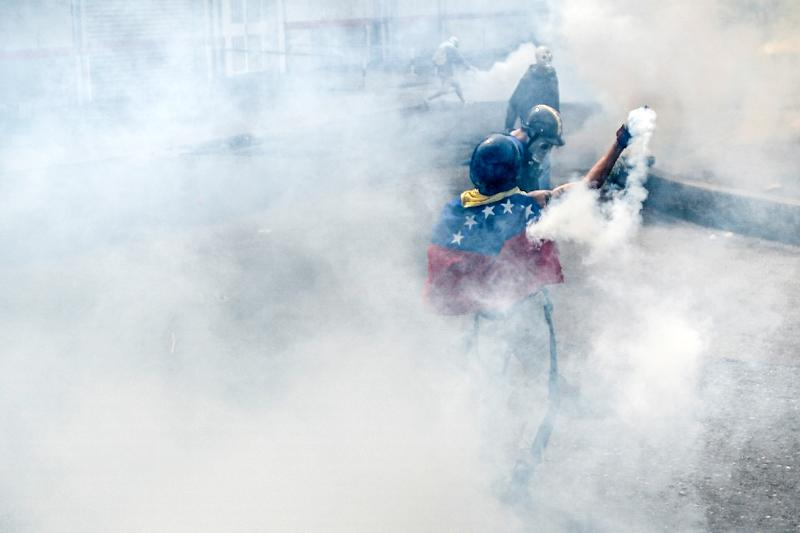 Opposition demonstrators clash with riot policemen during a health care personnel march in Caracas on May 22, 2017 (AFP Photo/LUIS ROBAYO)