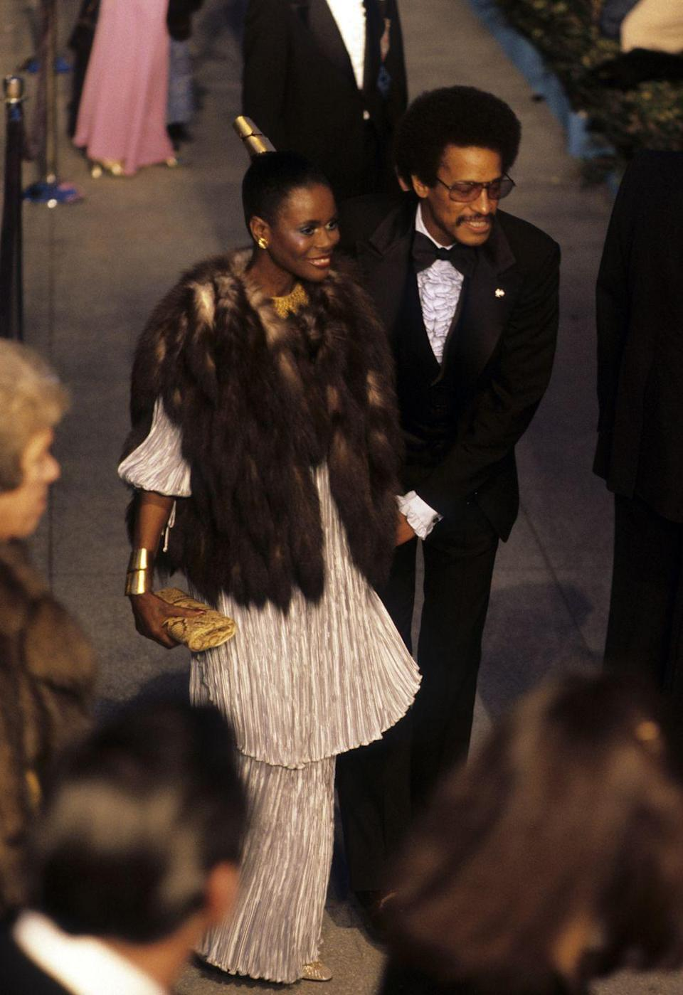 <p>At the 1978 Academy Awards, Cicely glows in a beautiful pleated tunic and skirt, with gold accessories in her hair and around her neck. Of course, her outfit is completed with fur, this time a brown vest that complements her breezy outfit. </p>