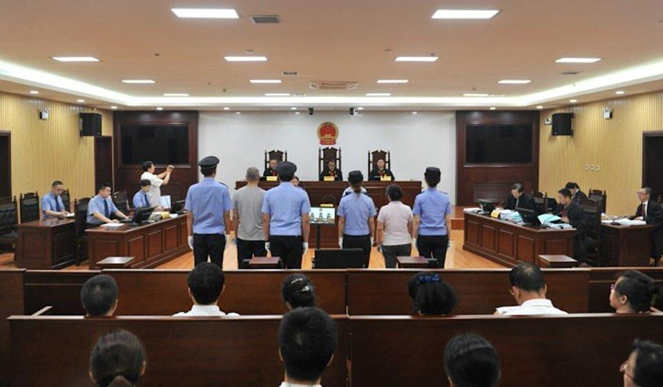 A photo taken inside Harbin Intermediate People's Court on July 19, 2016, shows defendants Zhang Mingjie (right, flanked by policewomen) and co-accused Wang Shaoyu at their corruption trial. Photo: Harbin Intermediate People's Court