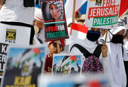 Protesters hold a rally outside the U.S. embassy in Jakarta, Indonesia, to condemn the U.S. decision to recognise Jerusalem as Israel's capital, December 10,  2017. REUTERS/Darren Whiteside