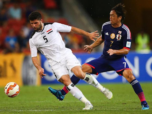 Yasuhito Endo (R) of Japan fights for the ball with Iraq's Yaser Safa Kasim during their first round AFC Asian Cup match, at the Suncorp Stadium in Brisbane, on January 16, 2015 (AFP Photo/Patrick Hamilton)