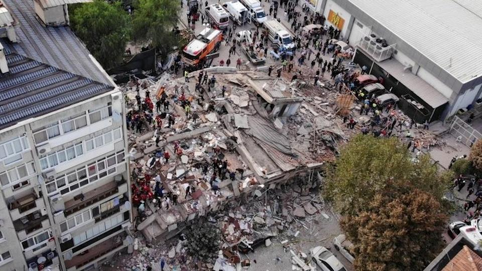 Rescuers search for survivors at a collapsed building in Izmir, Turkey. Photo: 30 October 2020