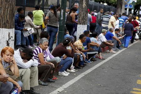 People queue to buy staple items outside state-run Bicentenario supermarket in Caracas August 4, 2015. REUTERS/Carlos Garcia Rawlins