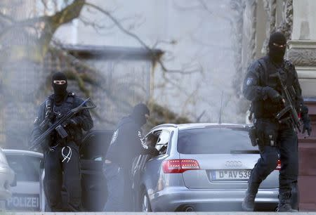 German special police forces SEK stand guard outside the building of the German Federal Supreme Court (Bundesgerichtshof) in Karlsruhe, Germany December 15, 2015. REUTERS/Ralph Orlowski