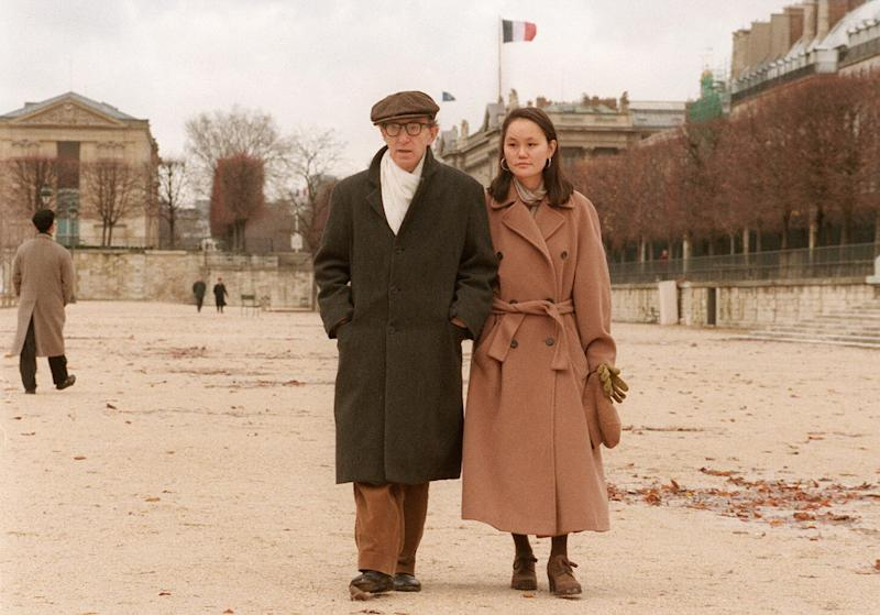 le réalisateur américain Woody Allen et Soon-Yi, le 26 décembre, se promènent dans le jardin des Tuileries, à Paris où ils passent leur lune de miel. Woody Allen a épousé la fille adoptive de son ex-compagne, l'actrice Mia Farrow, le 23 décembre à Venise. 1226 - PARIS, FRANCE : US film-maker Woody Allen and his new bride Soon-Yi Previn walk 26 December in the Jardin des Tuileries, in Paris. Woody Allen arrived here 24 December to spend a Christmas honeymoon with Soon-Yi, the adoptive daughter of his former companion Mia Farrow. The couple married 23 December in Venice. AFP PHOTO AFP/JACK GUEZ/mp/sb/ao (Photo by Jack GUEZ / AFP) (Photo credit should read JACK GUEZ/AFP via Getty Images)