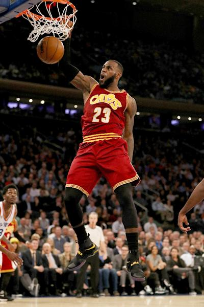 NEW YORK, NY - DECEMBER 07: LeBron James #23 of the Cleveland Cavaliers dunks in the second quarter against the New York Knicks at Madison Square Garden on December 7, 2016 in New York City. NOTE TO USER: User expressly acknowledges and agrees that, by downloading and or using this Photograph, user is consenting to the terms and conditions of the Getty Images License Agreement Elsa/Getty Images/AFP (AFP Photo/ELSA)