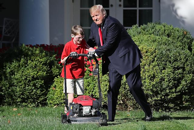 """<p>11-year-old Frank """"FX"""" Giaccio (L) gets a pat on the back from U.S. President Donald Trump (C) while mowing the grass in the Rose Garden of the White House September 15, 2017 in Washington, DC. Giaccio, from Falls Church, Virginia, who runs a business called FX Mowing, wrote a letter to Trump expressing admiration for Trump's business background and offered to mow the White House grass. (Photo: Win McNamee/Getty Images) </p>"""