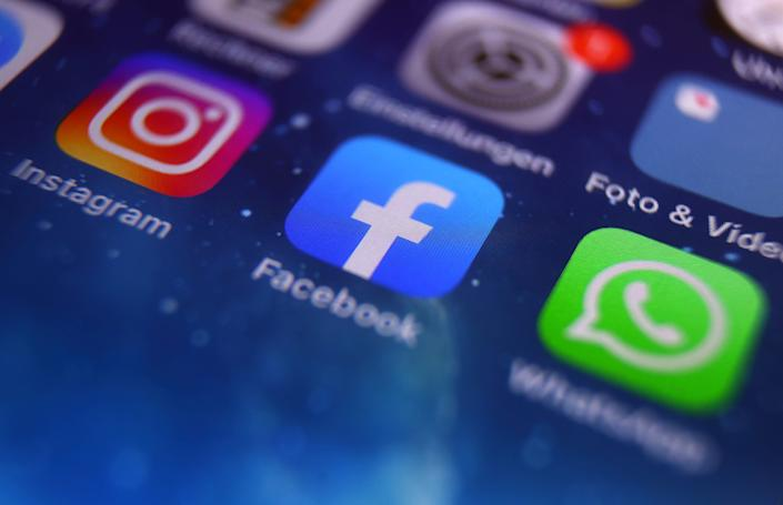 icons of Instagram, Facebook and WhatsApp on the screen of a smartphone.