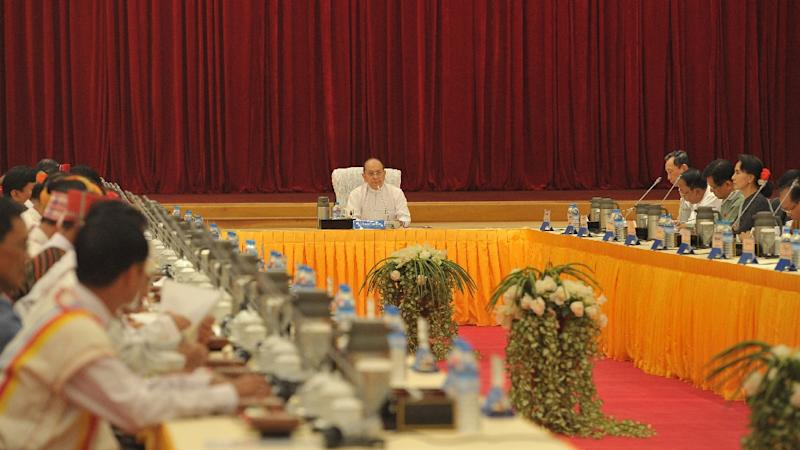 Myanmar President Thein Sein (C) presides over a meeting in Naypyidaw on April 8, 2015 with influential allies and rivals (AFP Photo/Soe Than Win)