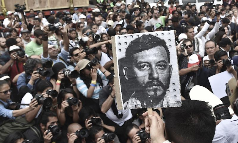 Mexican photojournalists hold pictures of their murdered colleague Ruben Espinosa during a demostration in Mexico City, on August 2, 2015 (AFP Photo/Yuri Cortez)