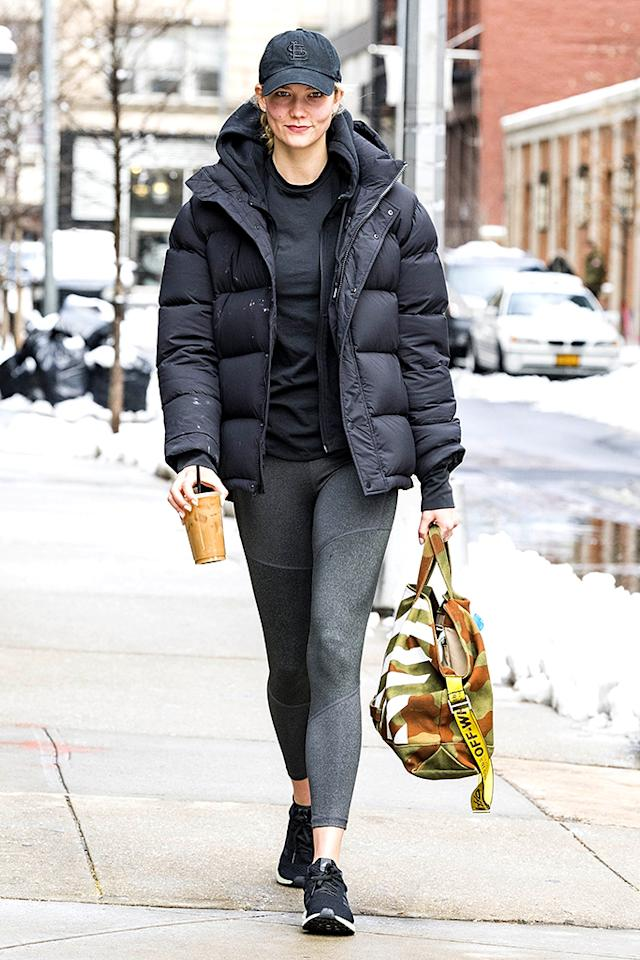 "<p>Karlie Kloss looking sporty in <a rel=""nofollow"" href=""https://fave.co/2q15KNA"">Aritzia's Tna Super Puff jacket</a> in black, styled with leggings, Adidas sneakers, and an Off-White tote bag on March 22.<br />(Photo: MMV/BackGrid) </p>"